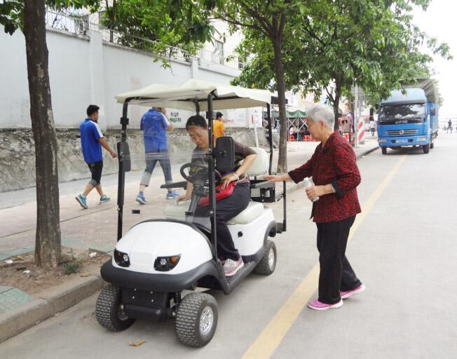 老年电动代步车那是麻溜的啊,一脚踩在加速器上,想去哪里就去高清图片